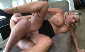 Dojrzała blondynka przyjmuje wytrysk - Sperma Na Twarzy